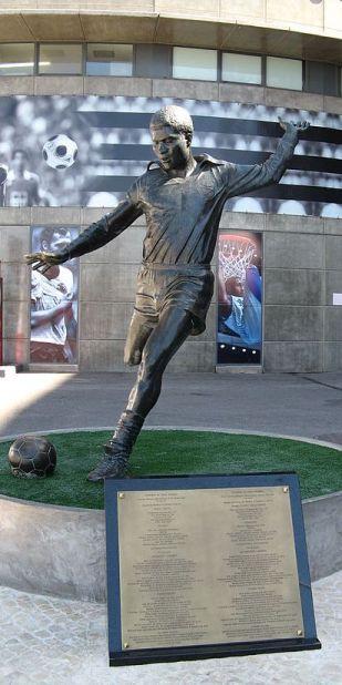 Estatua en recuerdo de Eusebio, mítico futbolista portugués.