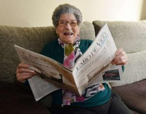 Amparo Fernández, una mujer centenaria que vive con una excelente salud en Combarro (Pontevedra). Foto: Faro de Vigo.