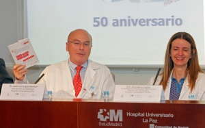 Los Dres. López Sendón y Almudena Castro muestran parte del material informativo de Mimocardio que se entregará a los pacientes.