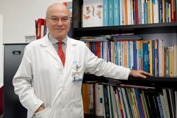 El Dr. José Luis López-Sendón, en su despacho del Hospital La Paz de Madrid.