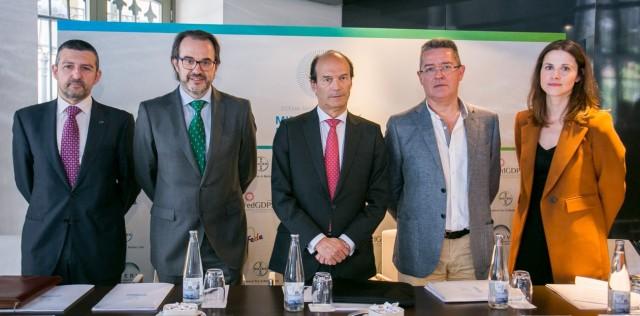 Andoni Lorenzo, presidente de FEDE; Alfredo García Layana, secretario de la SERV; José María Ruiz, presidente de la SERV; Joan Barrot, coordinador de Cataluña de la RedGDPS, y Carlota Gómez, directora de comunicación de Bayer España.